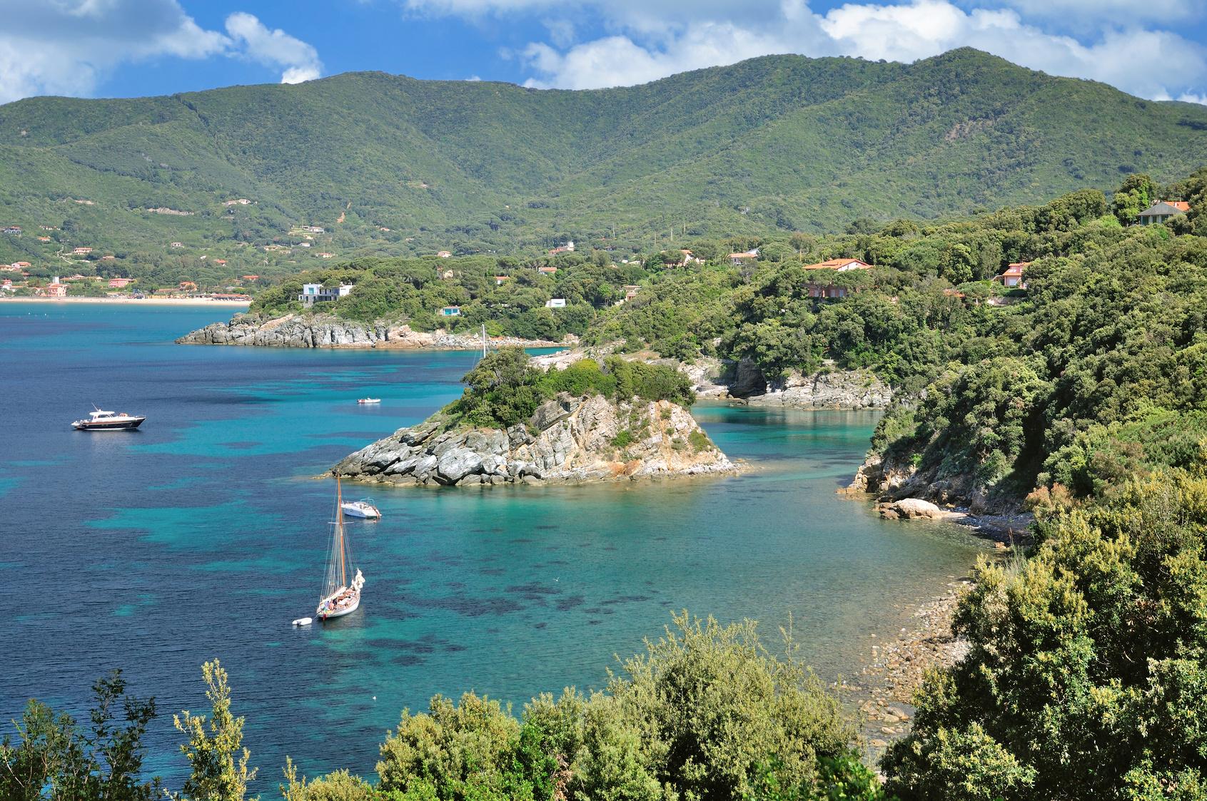Küstenlandschaft auf Elba nahe Marina di Campo mit der Badeinsel von Pauline,Napoleons Schwester,Toskana,Mittelmeer,Italien